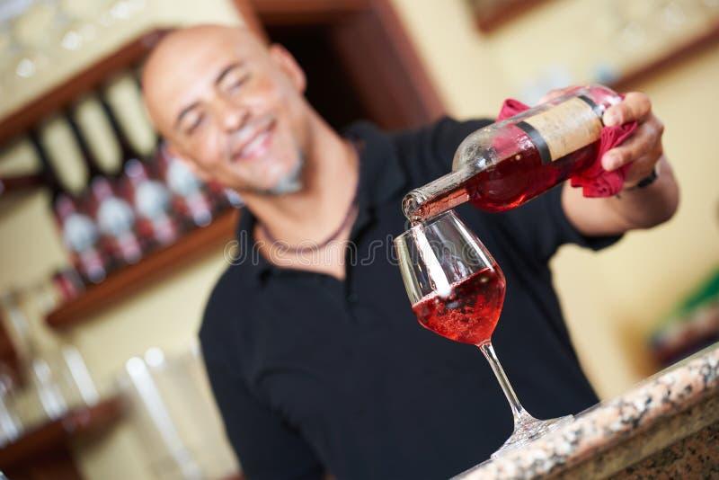 człowiek dolewania wino zdjęcia stock