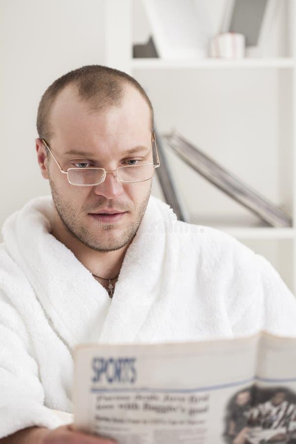 człowiek gazetowi odczyt young obrazy stock