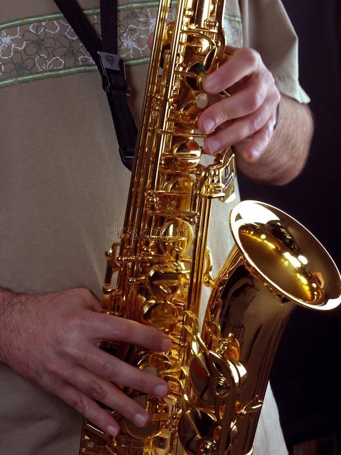 człowiek gra na saksofonie fotografia royalty free
