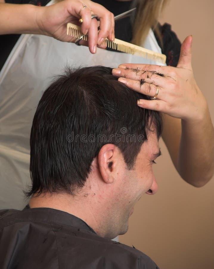 człowiek jest fryzura zdjęcie stock
