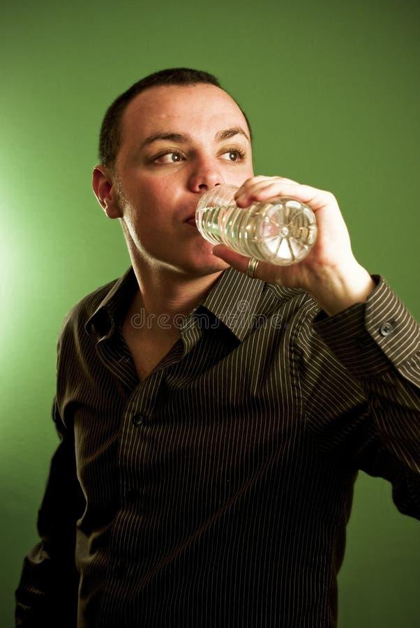 człowiek młody pić wody fotografia stock