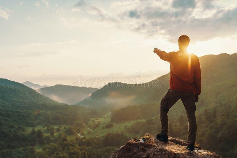 człowiek na zachód słońca zdjęcia stock