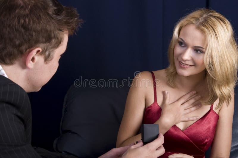 człowiek proponuje dziewczyna obrazy stock