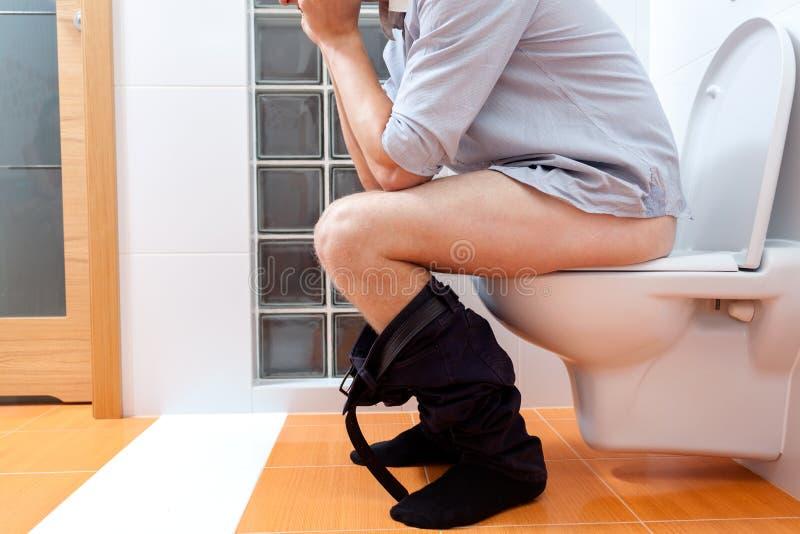 człowiek siedząca toaleta zdjęcia royalty free