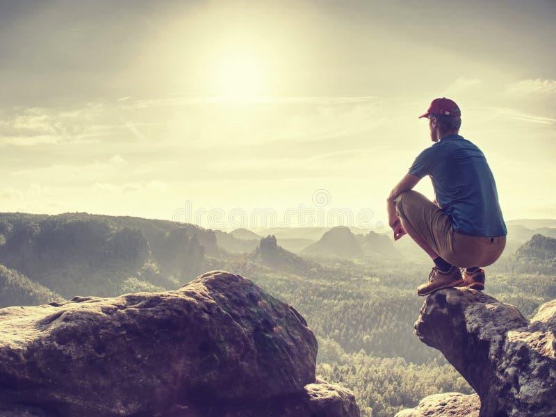 człowiek siedzi i patrzy na długi Kanion Sita turystyczna zdjęcia stock