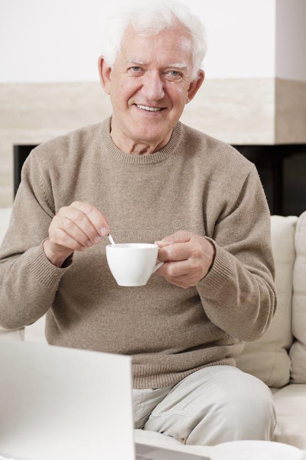 człowiek stara się uśmiecha obrazy stock
