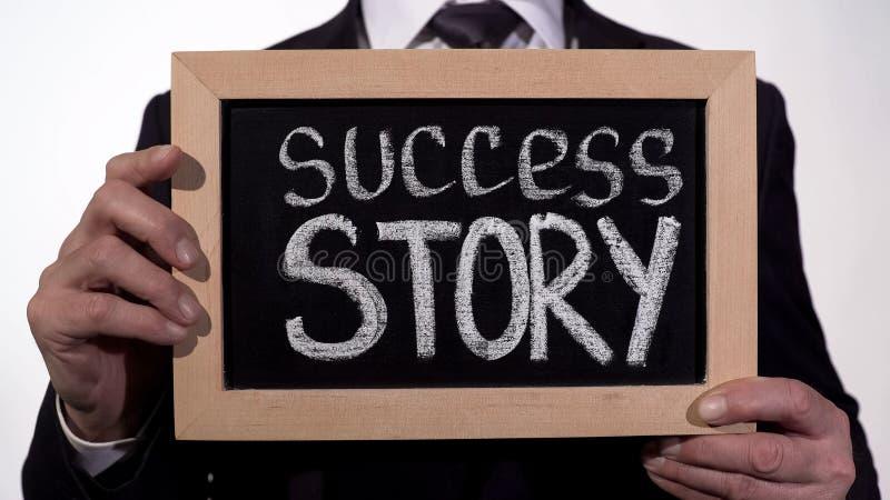 Człowiek sukcesu pisać na blackboard w biznesmen rękach, zaczyna nowego biznes zdjęcia stock