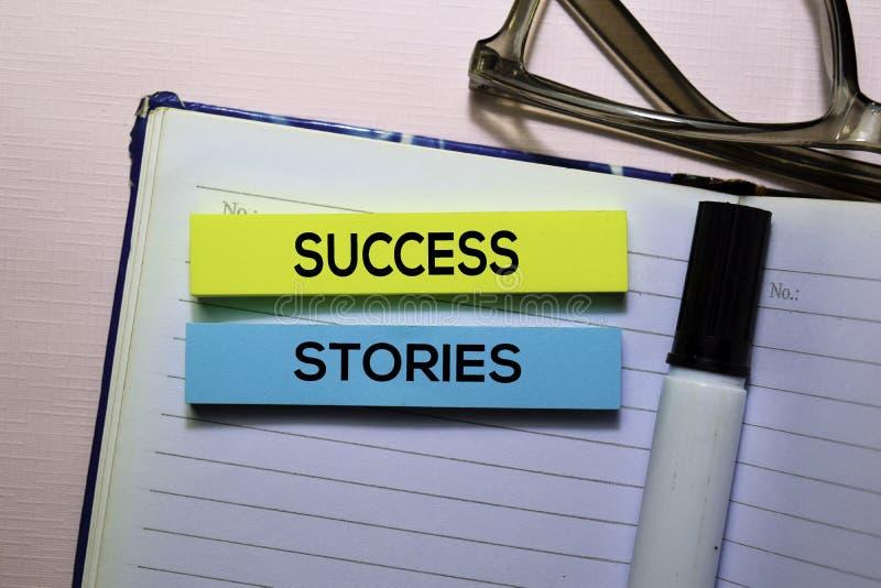 Człowiek Sukcesu tekst na kleistych notatkach odizolowywać na biurowym biurku zdjęcia stock
