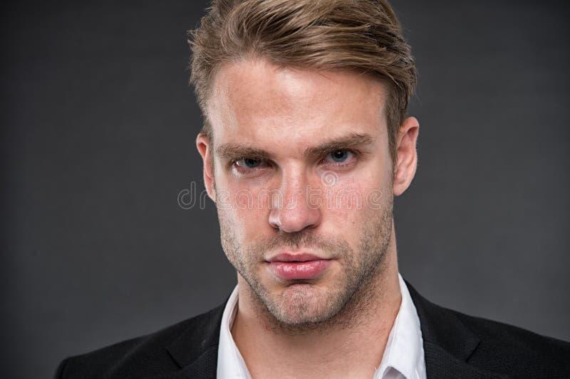człowieku Biznesmen z poważną twarzą biznesowy mężczyzna ufnego spojrzenie biznesowy portret mężczyzna Zaufanie i charyzma zdjęcia royalty free