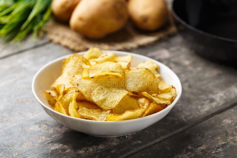 Czajniki gotujący kartoflani chipsy zdjęcie stock