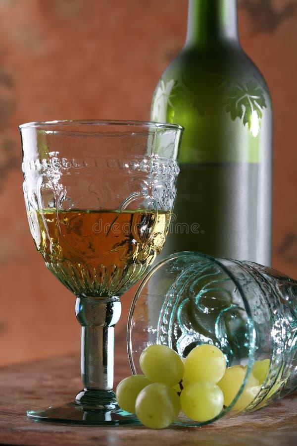 czara winogrono dwie butelki zdjęcia royalty free