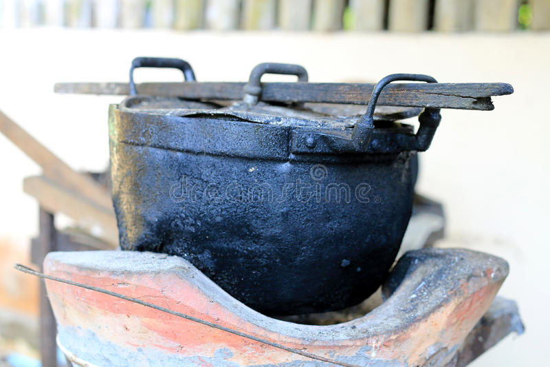 Czarna łupka dla gotować w północy Thailand i garnek, stary garnka czerni kolor fotografia royalty free