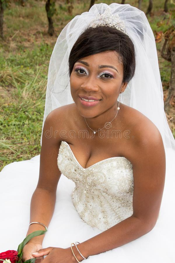 Czarna amerykańska afrykańska panny młodej kobieta w ślubnej todze outside zdjęcia stock
