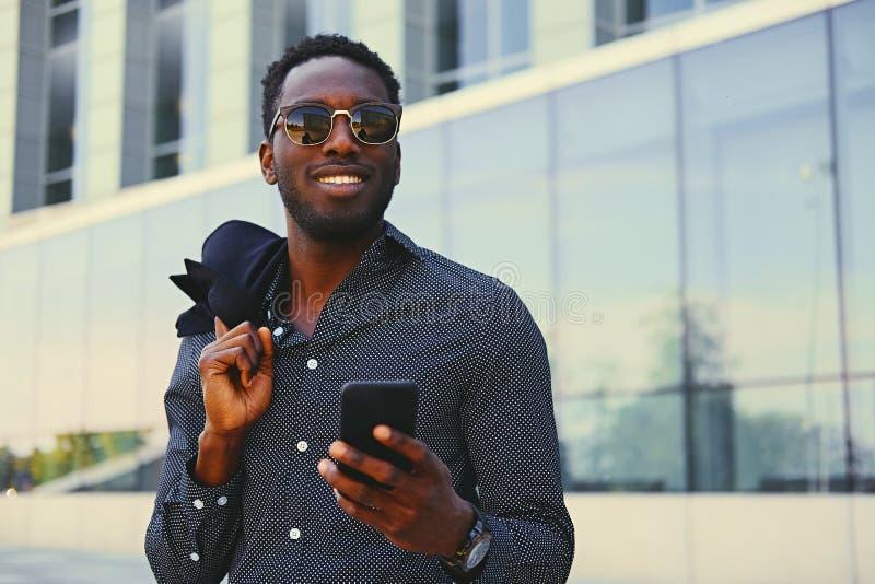 Czarna Amerykańska samiec używa mądrze telefon obrazy stock