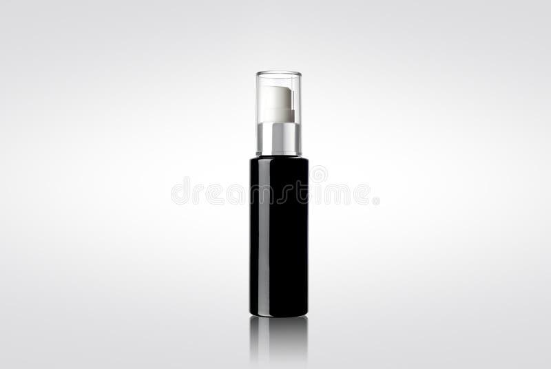 Czarna błyszcząca kosmetyczna kiści butelka obrazy stock