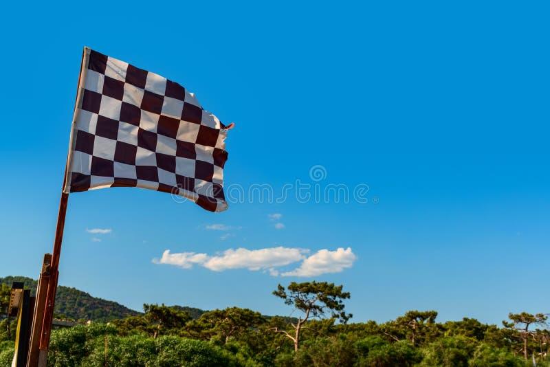 Czarna biała w kratkę wiatr flaga na tropikalnej plaży fotografia royalty free