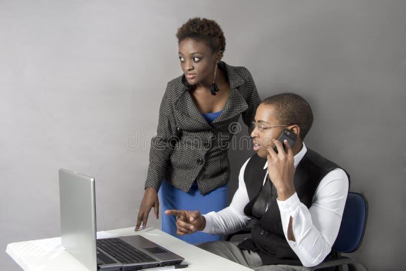 Czarna Biznesowa para w biurowych chwianie rękach. fotografia royalty free