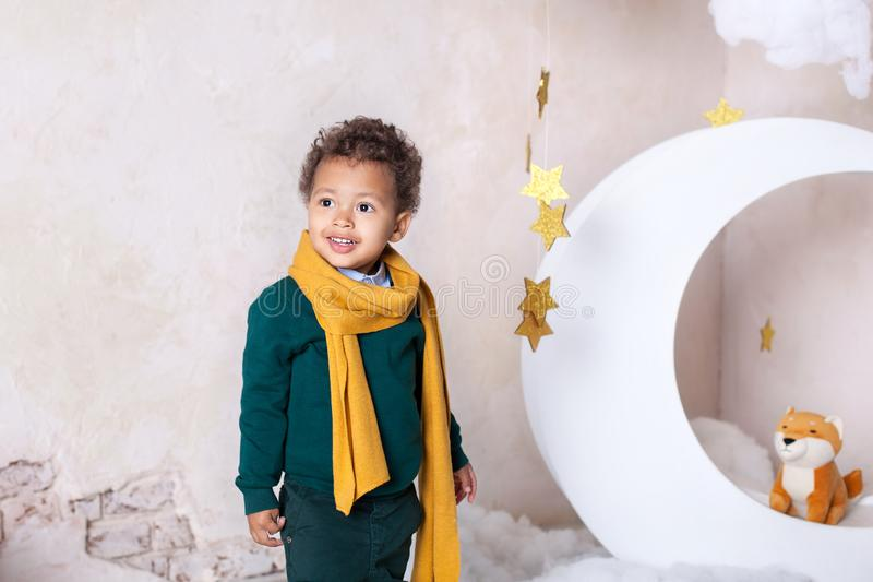 Czarna chłopiec zamknięta w górę portreta Portret rozochocona uśmiechnięta chłopiec w żółtym szaliku dziecko jest u?miechni?ty Ma obraz royalty free