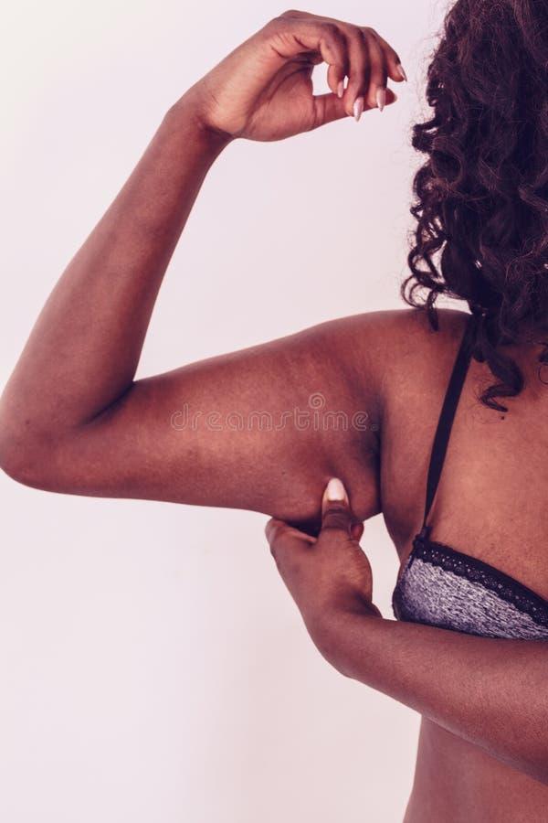 Czarna dama wystawia luźną skórę zdjęcia royalty free