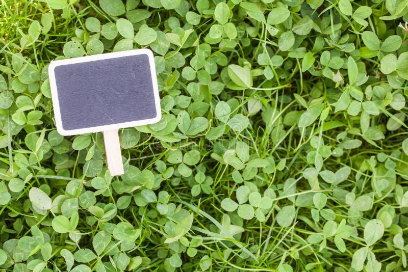 Czarna deski kreda na trawie zdjęcie royalty free