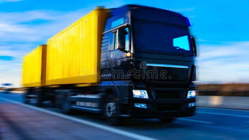 czarna furgonetka drogowa Pyrenees halna ciężarówka Spain zdjęcia stock