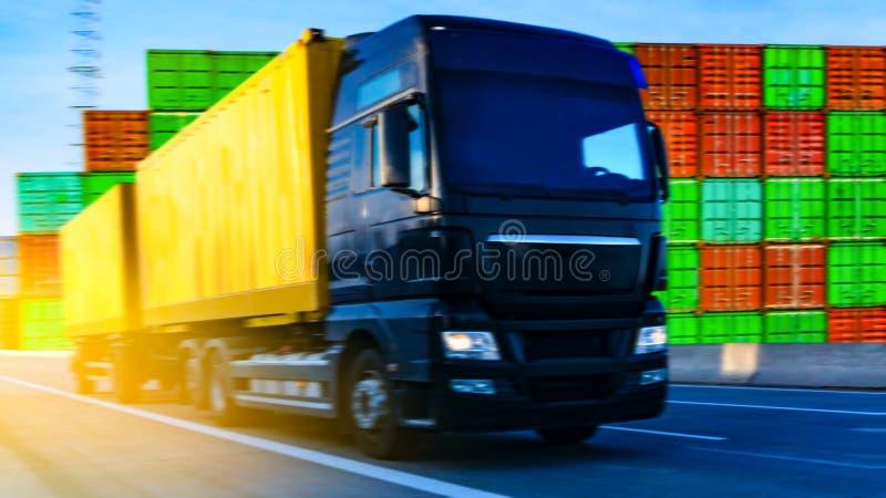 czarna furgonetka drogowa Pyrenees halna ciężarówka Spain zdjęcie stock