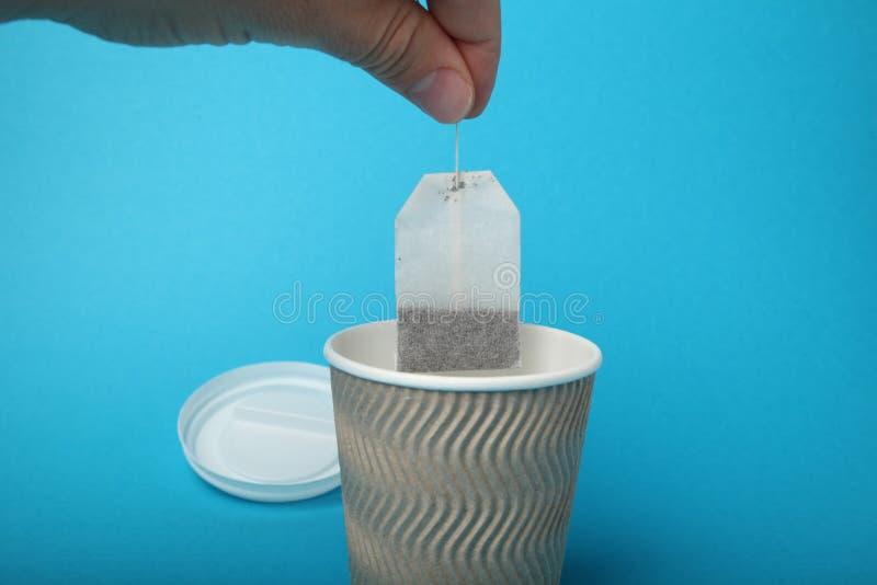 Czarna herbata w papierowej fili?ance, gor?cy nap?j zdjęcie stock