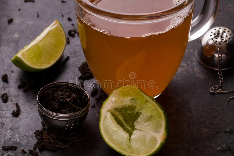 Czarna herbata z cukierem i cytryną po browarnianego procesu obraz royalty free