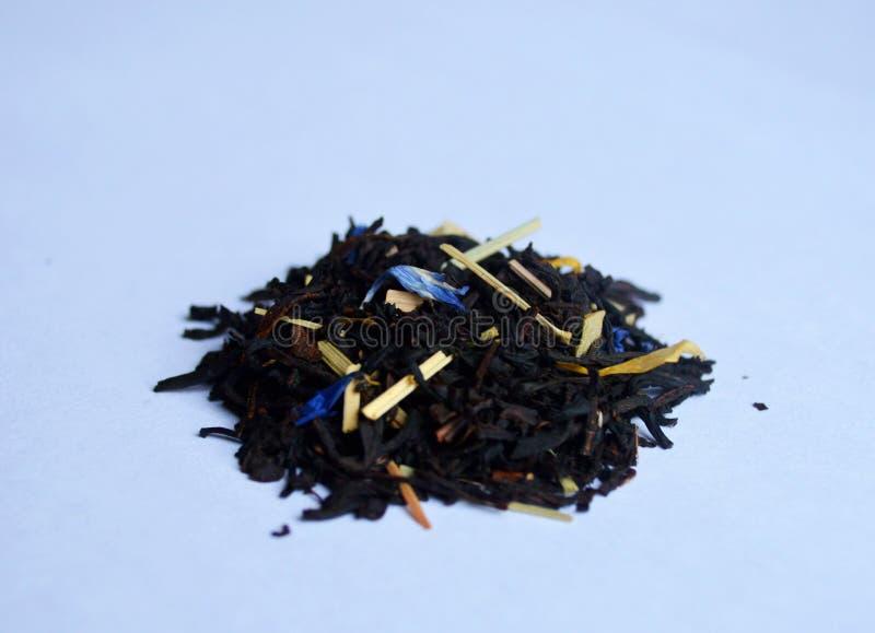 Czarna herbata z kwiatów płatkami obrazy stock