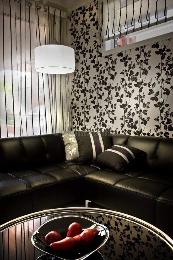 Czarna i luksusowa kanapa z dopasowywać centrum stół zdjęcie stock