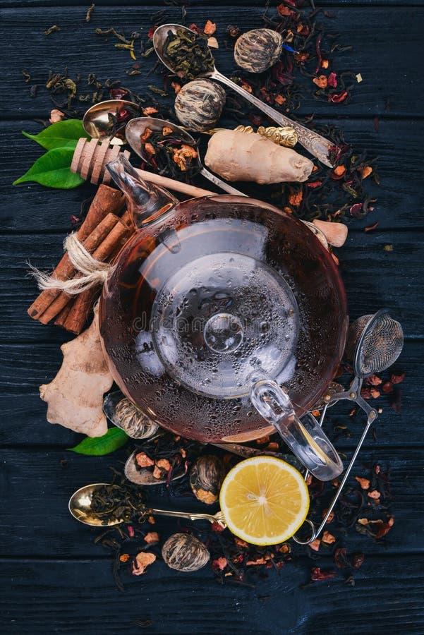 Czarna i zielona herbata z cytryną, miodem, cynamonem i imbirem Gorący napój zdjęcie stock