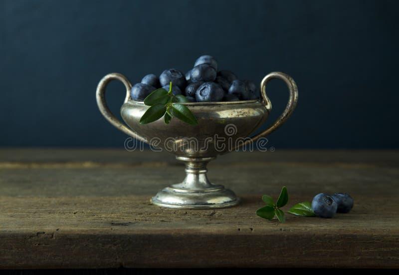 Czarna jagoda w srebnym pucharze obraz stock