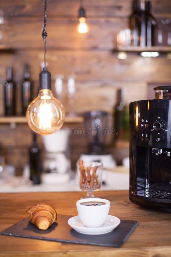 Czarna kawa gotowa słuzyć następną co kawy maszynę zdjęcia royalty free