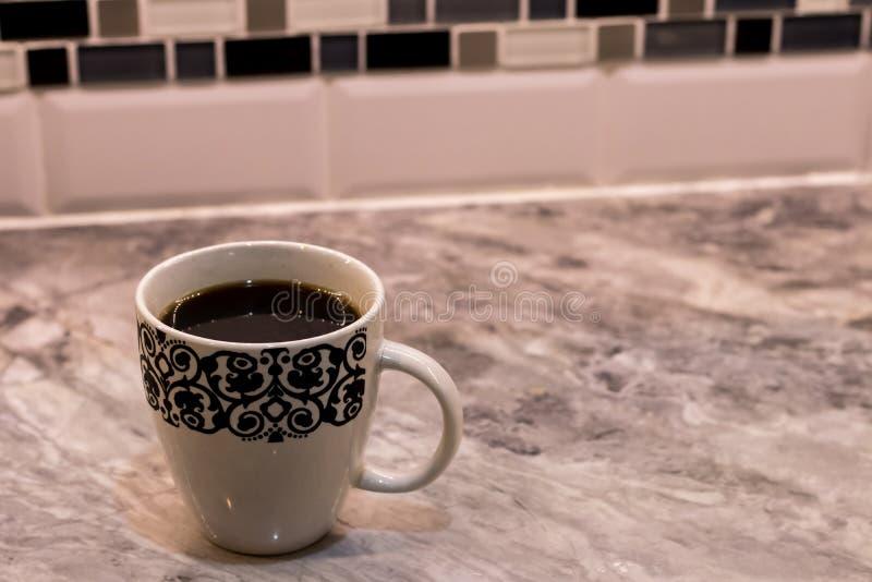 Czarna kawa na marmurowym countertop taflował tło obraz royalty free