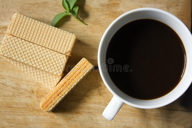 Czarna kawa w białym opłatku i szkle fotografia stock