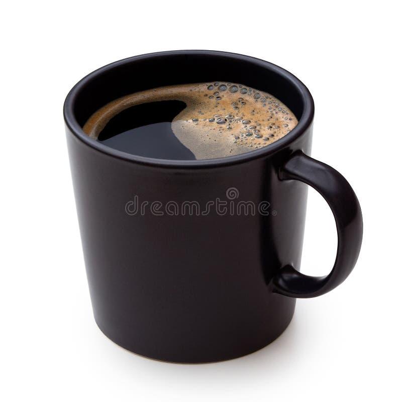 Czarna kawa w czarnym ceramicznym kubku odizolowywającym na bielu zdjęcie stock
