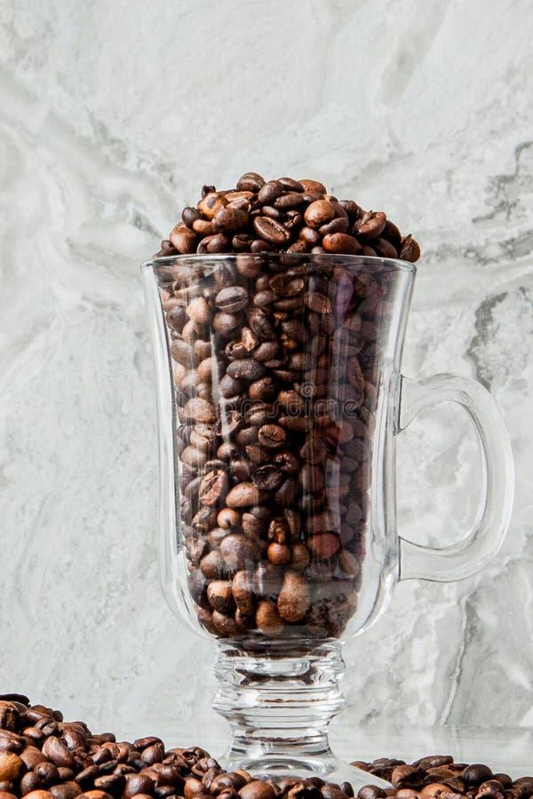 Czarna kawa w fili?ance i kawowych fasolach na marmurowym tle Odg?rny widok, przestrze? dla teksta obraz stock