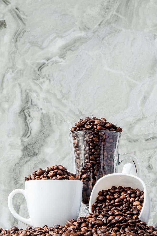Czarna kawa w fili?ance i kawowych fasolach na marmurowym tle Odg?rny widok, przestrze? dla teksta obraz royalty free