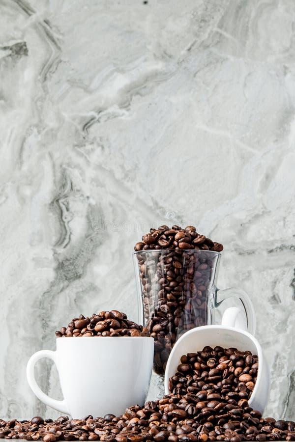 Czarna kawa w fili?ance i kawowych fasolach na marmurowym tle Odg?rny widok, przestrze? dla teksta zdjęcia stock