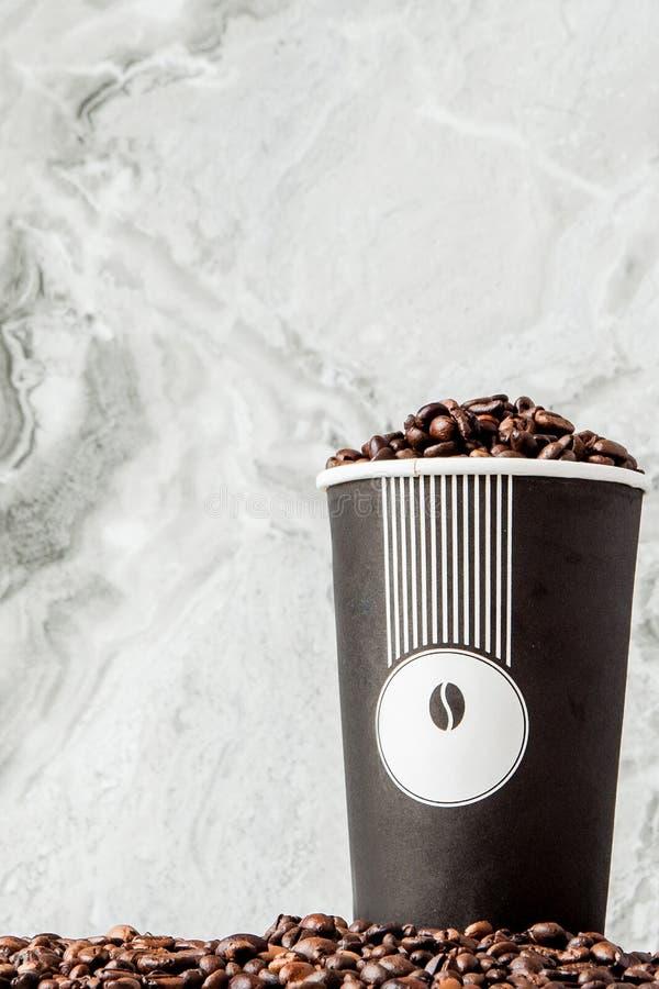 Czarna kawa w fili?ance i kawowych fasolach na marmurowym tle Odg?rny widok, przestrze? dla teksta obrazy stock