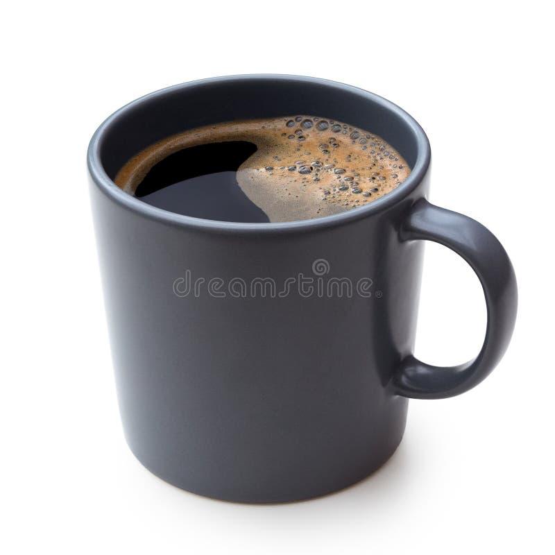 Czarna kawa w niebieskoszarym ceramicznym kubku odizolowywającym na bielu zdjęcie royalty free