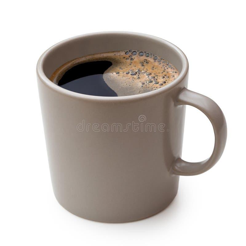 Czarna kawa w popielatym ceramicznym kubku odizolowywającym na bielu zdjęcie stock