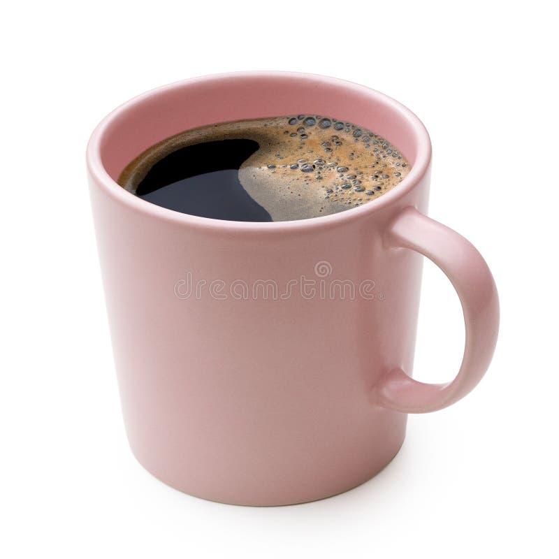 Czarna kawa w różowym ceramicznym kubku odizolowywającym na bielu obraz royalty free