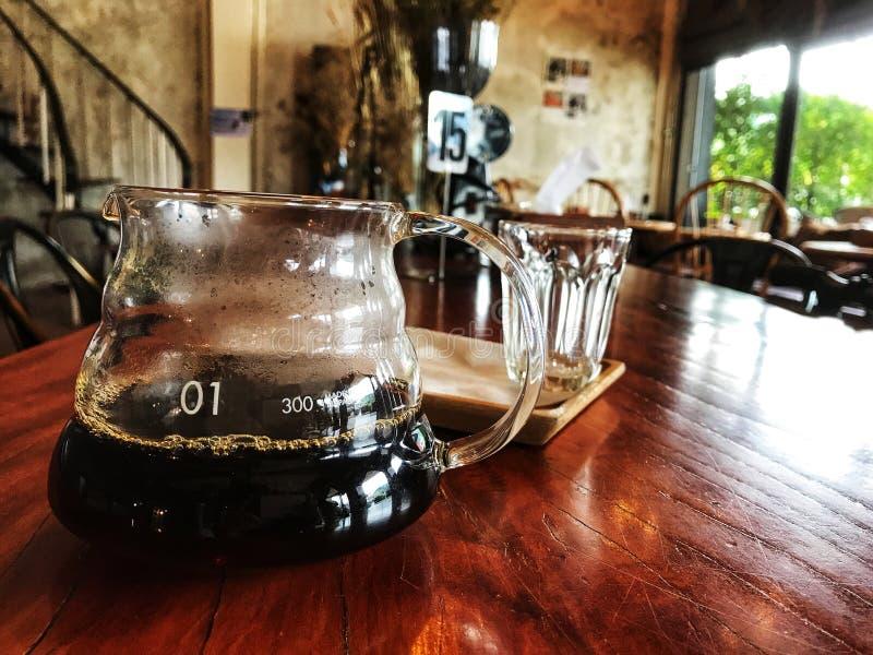 Czarna kawa w szkle na stole zdjęcia stock