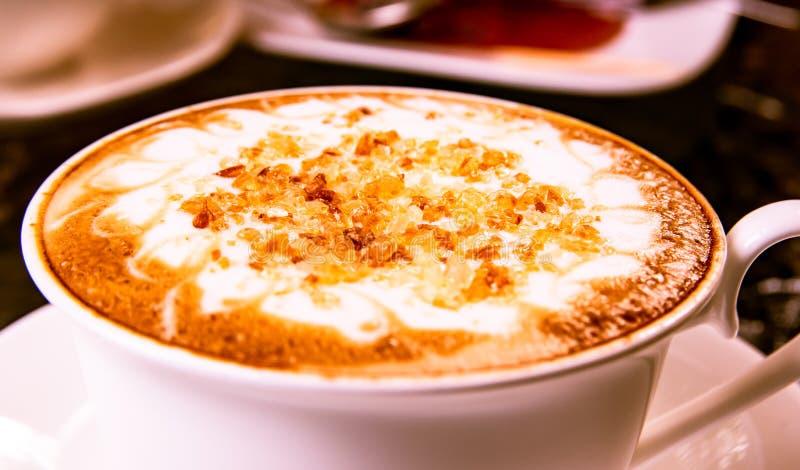 Czarna kawa z bielem dojnym i brązu cukieru polewą słuzyć w białej filiżance dla śniadaniowej kawy, budzi się napoje dziennie zdjęcia royalty free