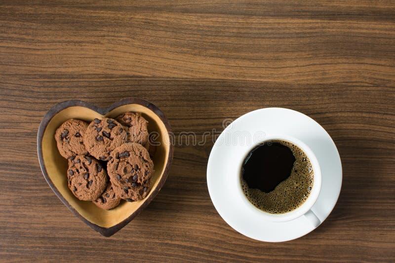 Czarna kawa z czekoladowego układu scalonego ciastkami obrazy royalty free