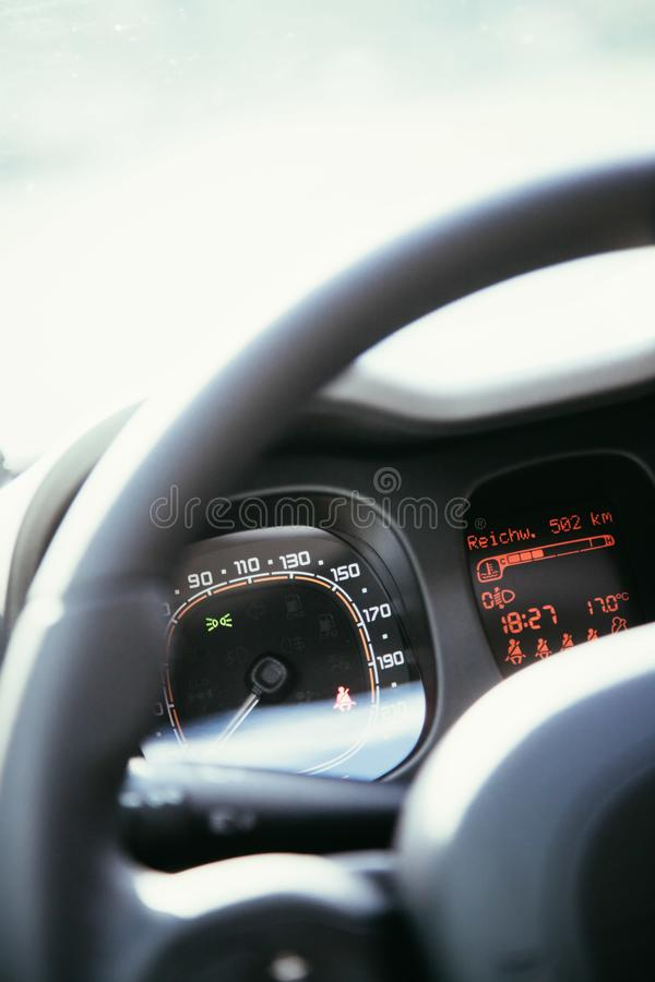 Czarna kierownica z pilotem do tv, nowożytny samochód, rozmyta deska rozdzielcza zdjęcie stock