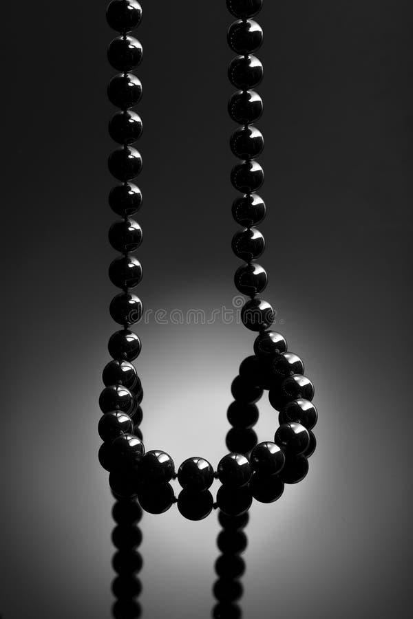 Czarna kolia na czarnym tle zdjęcia royalty free