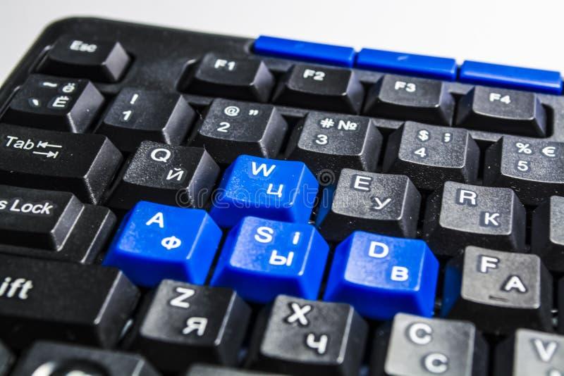 Czarna komputerowa klawiatura z barwionymi guzikami Guziki zamykają up wyposażenie nowożytny Tło i tekstura zamkniętego biura up  obraz royalty free