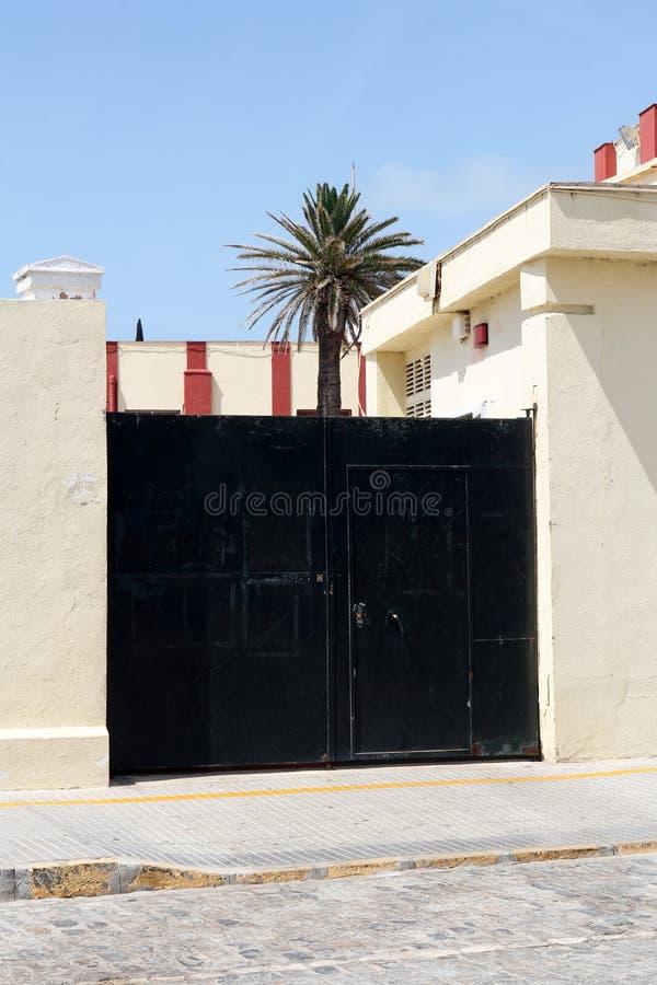 Czarna nowożytna brama fotografia royalty free